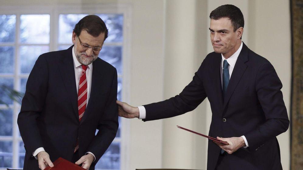 Foto: Mariano Rajoy (i), y Pedro Sánchez, durante la firma de su primer pacto de Estado, el 'Acuerdo para afianzar la unidad en defensa de las libertades y en la lucha contra el terrorismo', en enero de este año. (EFE)