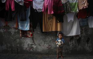 Blatter y Platini meten uno de los goles más difíciles, y bonitos, del mundo en Gaza