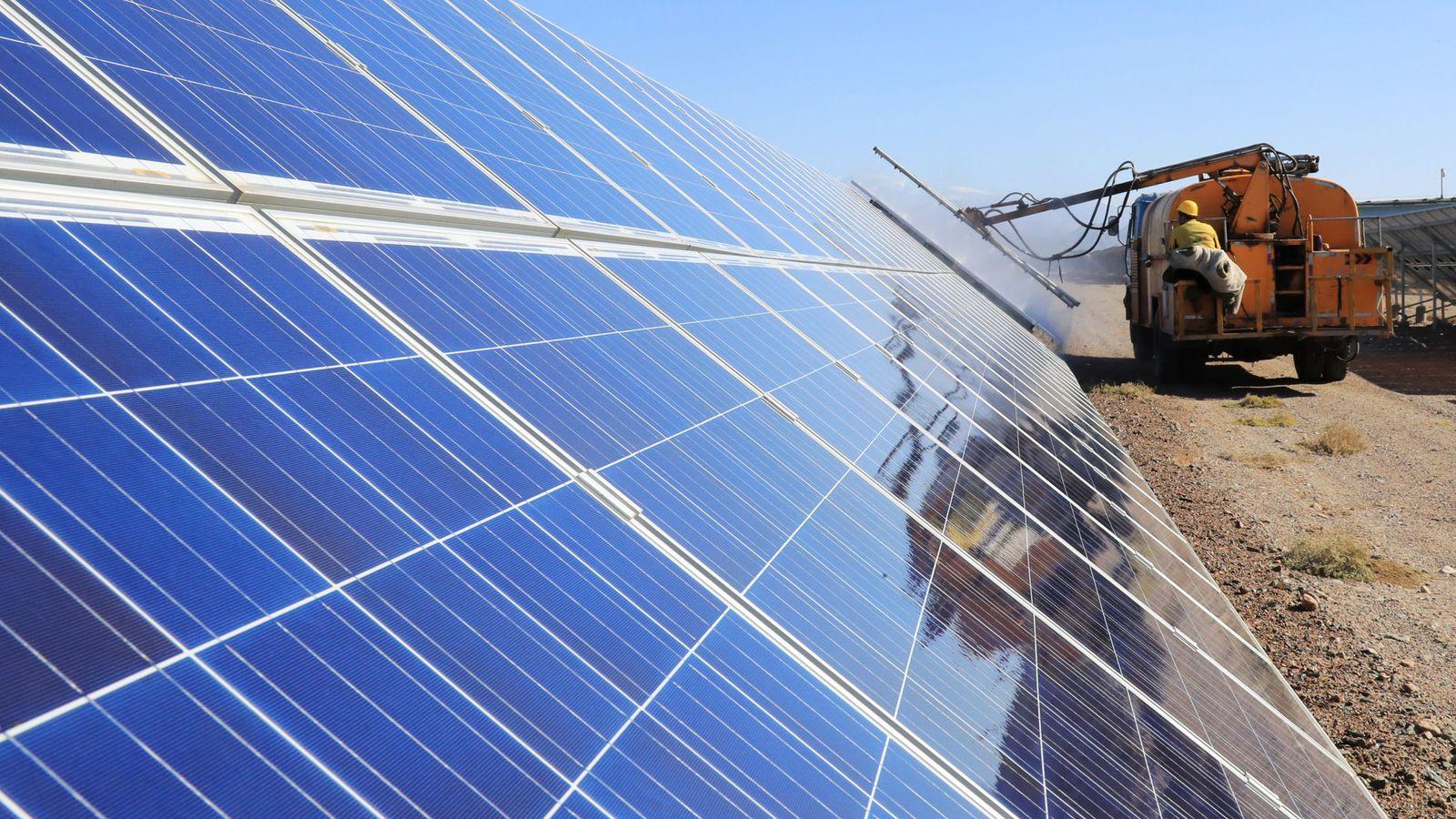 Foto: Trabajadores en una planta fotovoltaica. (Reuters)