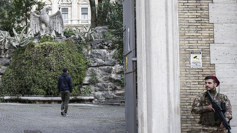 Entrada a la nunciatura de la Santa Sede en Roma, donde fueron hallados los restos. (EFE)
