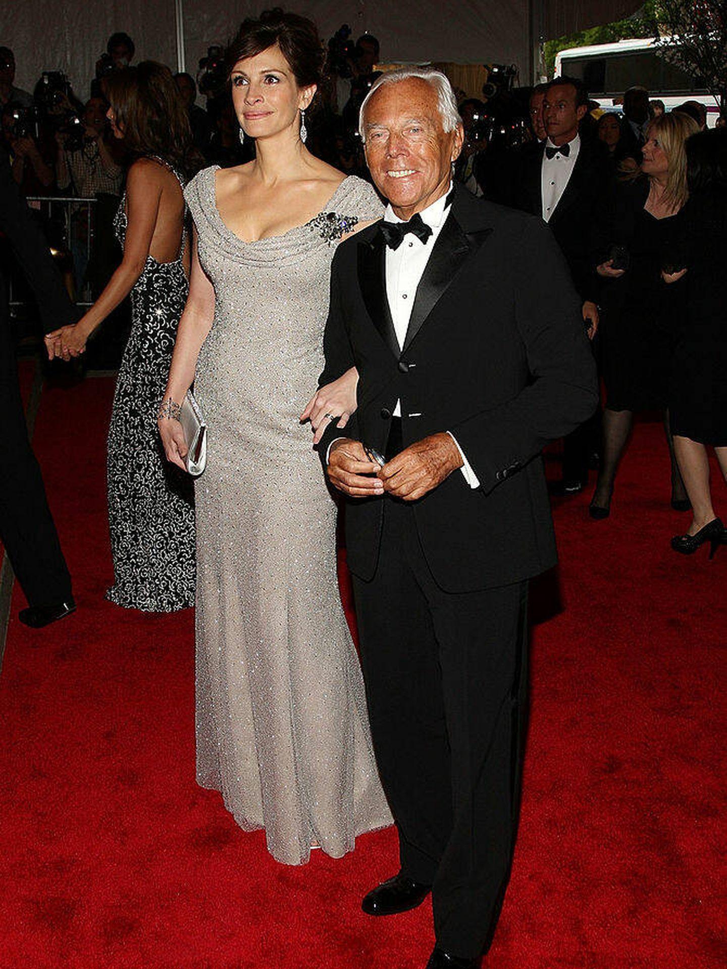 Julia Roberts y Giorgio Armani, en la gala del MET 2008. (Getty)