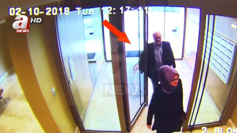 Foto: Una imagen de una cámara de seguridad muestra a Jamal Khashoggi y su pareja en su residencia el día de la desaparición del periodista. (Reuters)