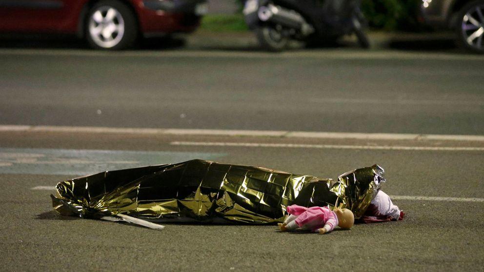 Un muñeco muerto en el pavimento de Niza