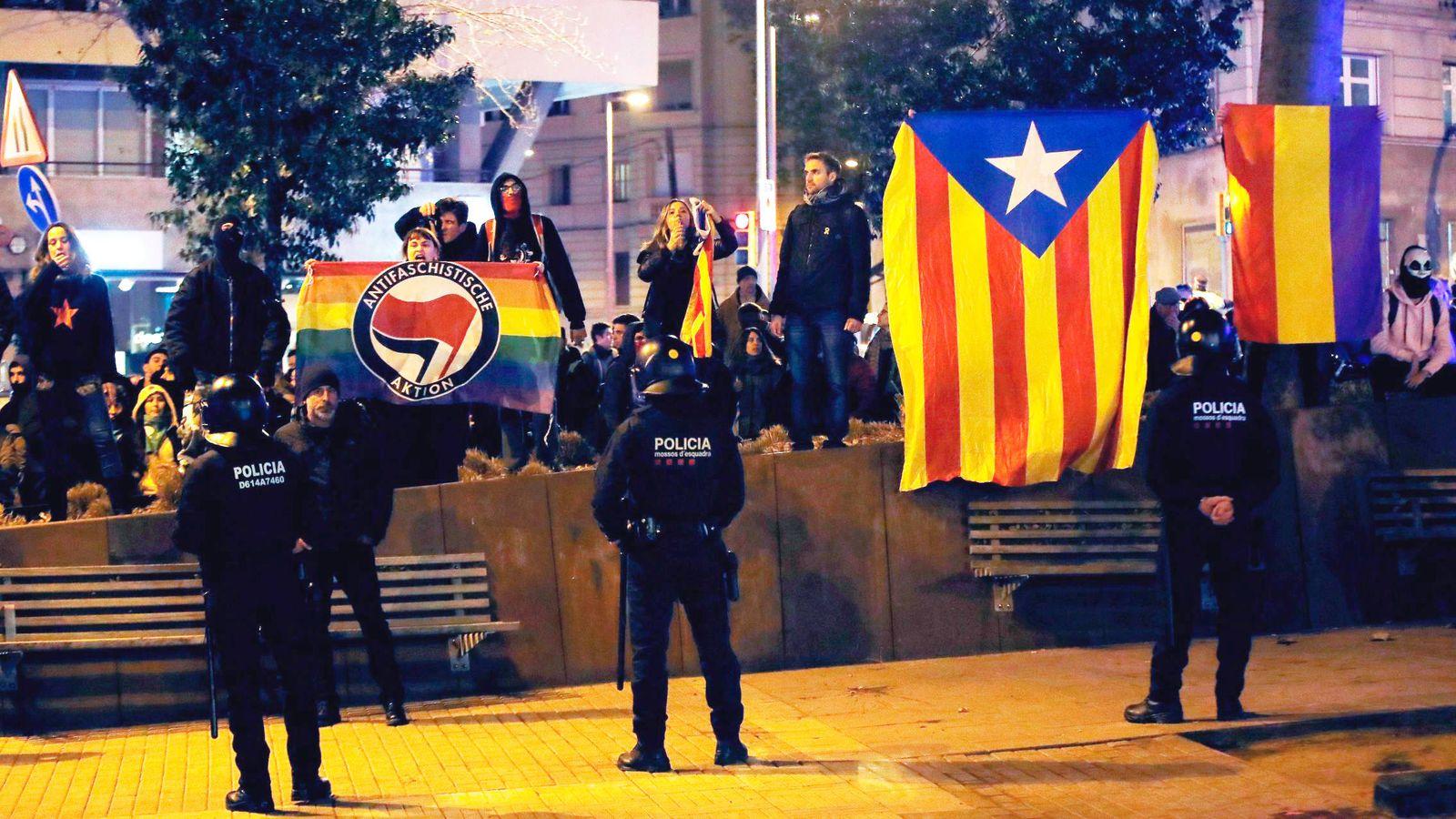 Foto: Unas 400 personas convocadas por los CDR boicoteando un acto de Vox en Barcelona. (EFE)