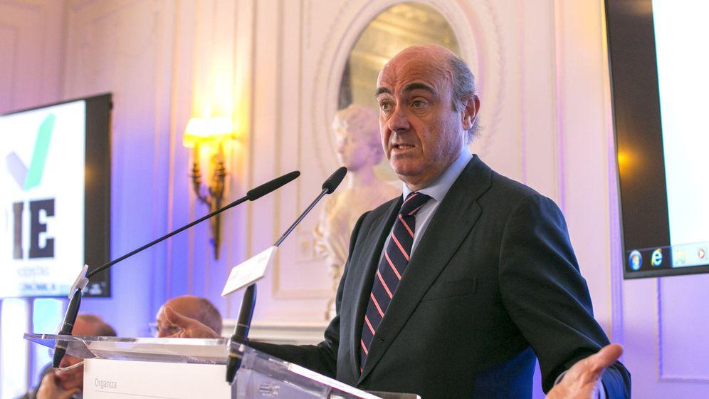 Foto: El ministro de Economía, Luis de Guindos, durante su intervención hoy en los cursos de la APIE. (EFE)