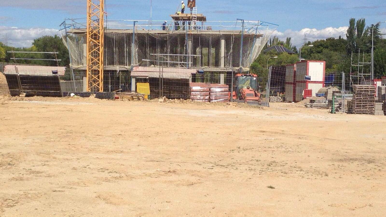 Foto: Las obras de la clínica junto a la urbanización de Somosaguas Centro. (El Confidencial)