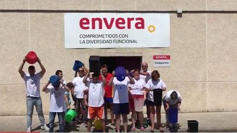 La Asociación Envera y el alcalde de Colmenar se mojan y donan contra la ELA