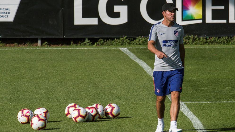Foto: El entrenador del Atlético de Madrid, Simeone, durante la pretemporada que ya ha comenzado en el equipo rojiblanco. (Efe)