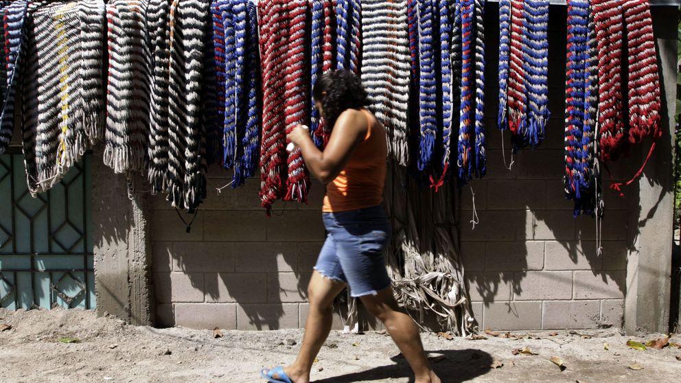 Las puntadas de la miseria en El Salvador