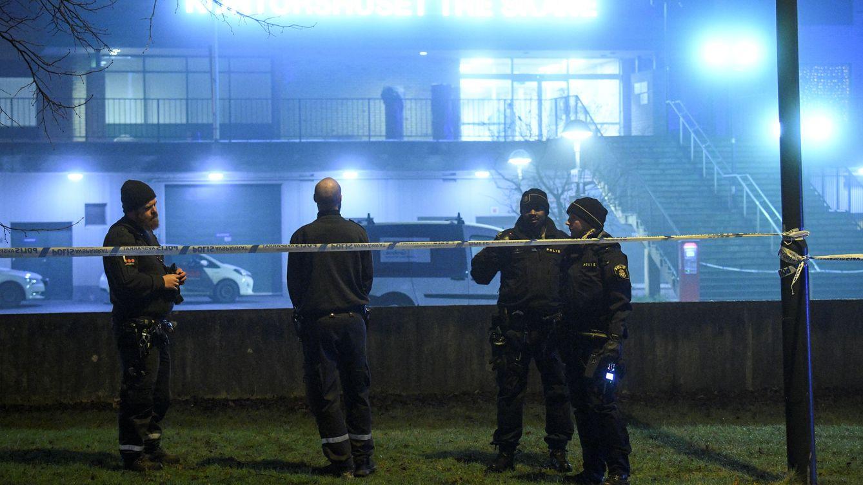 Foto: Agentes de policía montan guardia fuera de un edificio afectado por un ataque con granada en Malmö, el 21 de enero de 2018. (Reuters)