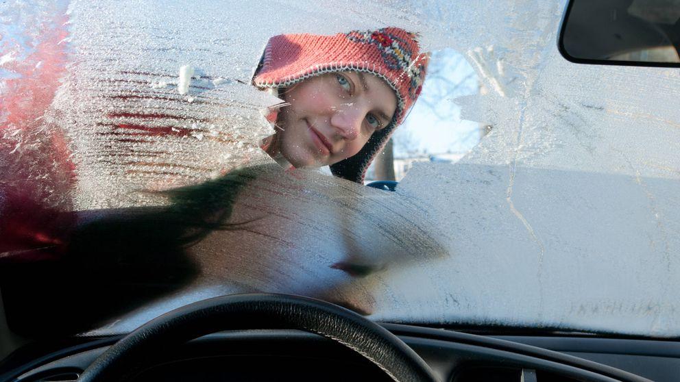 Cómo descongelar el parabrisas de tu coche en la mitad de tiempo