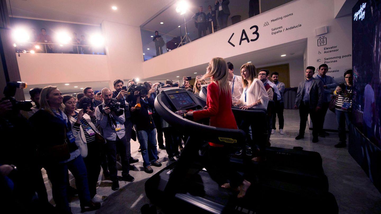 La presidenta de la Comunidad de Madrid, Cristina Cifuentes, corre en la cinta deportiva. (EFE)