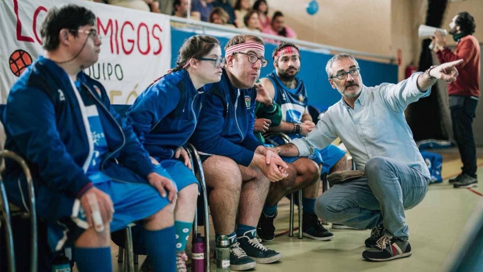 Foto: Javier Fesser da indicaciones al reparto de 'Campeones' durante el rodaje. (Universal)