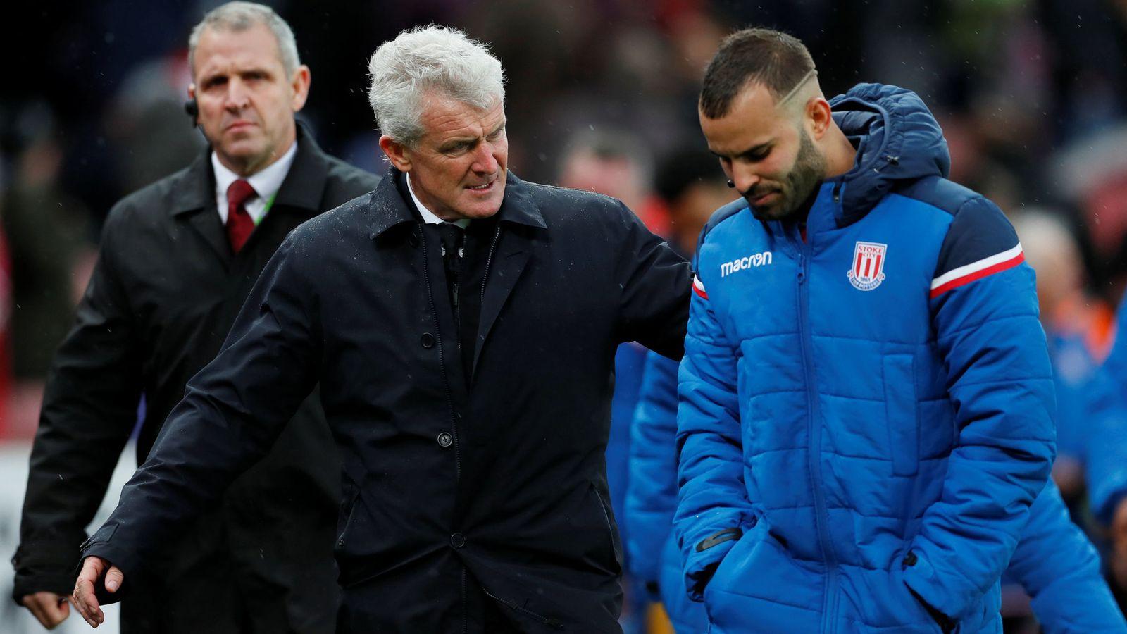 Foto: Jesé, cabizbajo, junto al mánager del Stoke City, Mark Hughes. (Reuters)