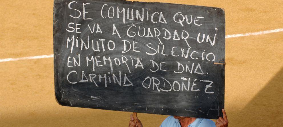 Foto: Cartel que anuncia un minuto de silencio en la plaza de toros de Ronda (Gtres)