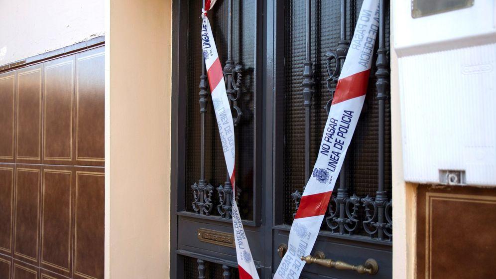 Foto: Precinto policial en el domicilio de Jaén donde una mujer de 73 años ha sido asesinada presuntamente por su marido, que ha sido detenido por la Policía Nacional. (Efe)
