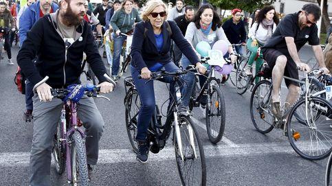 La alcaldesa Manuela Carmena se sube a la bici para celebrar el Día Sin Coches
