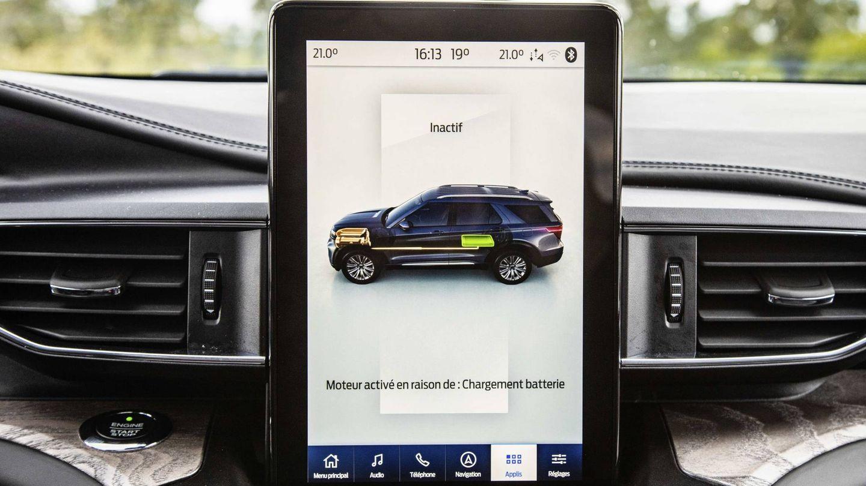Su pantalla de 10,25 pulgadas, vertical, domina en el interior del vehículo.