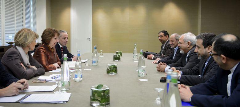 Foto: La jefa de la diplomacia europea, Catherine Ashton (2-i), y el ministro de Exteriores de Irán, Javad Zarif (3-d), hablan en la reunión de Ginebra (EFE)