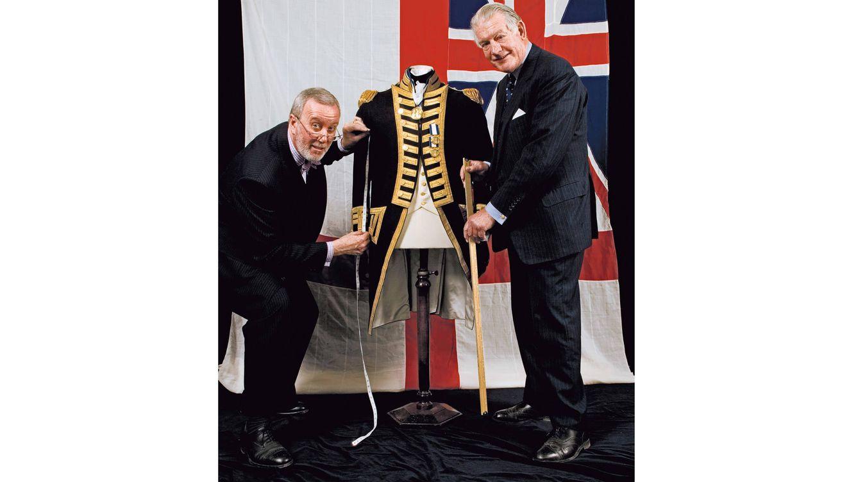 Foto: Angus Cundey, director del taller, con Alan Alesander, senior cutter.