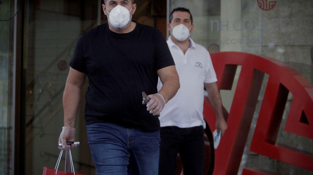 Foto: José Ramón Sandoval, entrenador del Fuenlabrada, abandona el hotel Finisterre de La Coruña, tras haber recibido el alta médica (Efe).