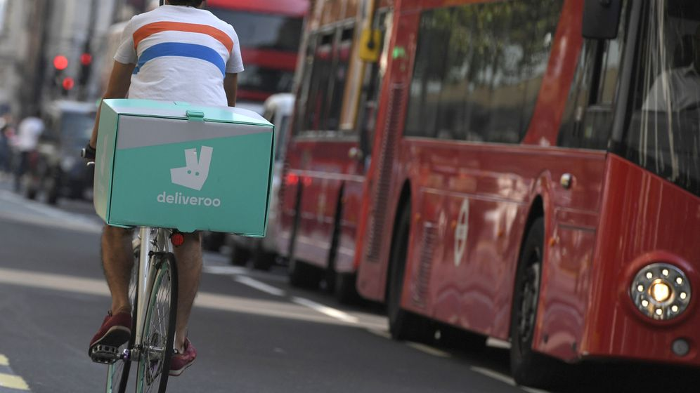 Foto: Ciclista repartidor de Deliveroo. (Reuters)