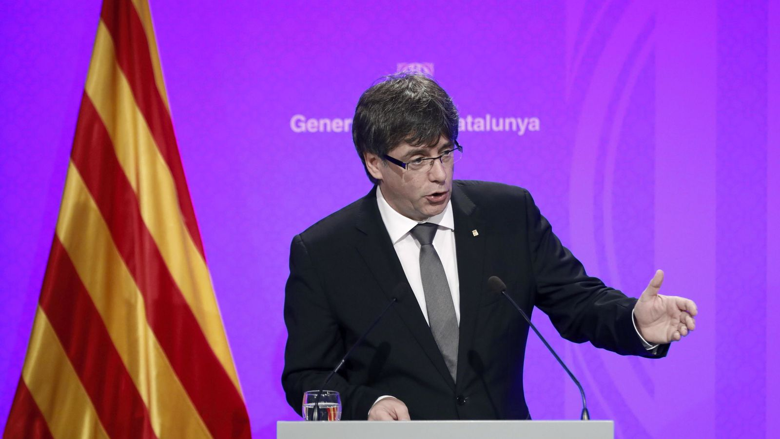 Foto: El presidente de Cataluña, Carles Puigdemont, en una rueda de prensa en el Palau de la Generalitat. (EFE)