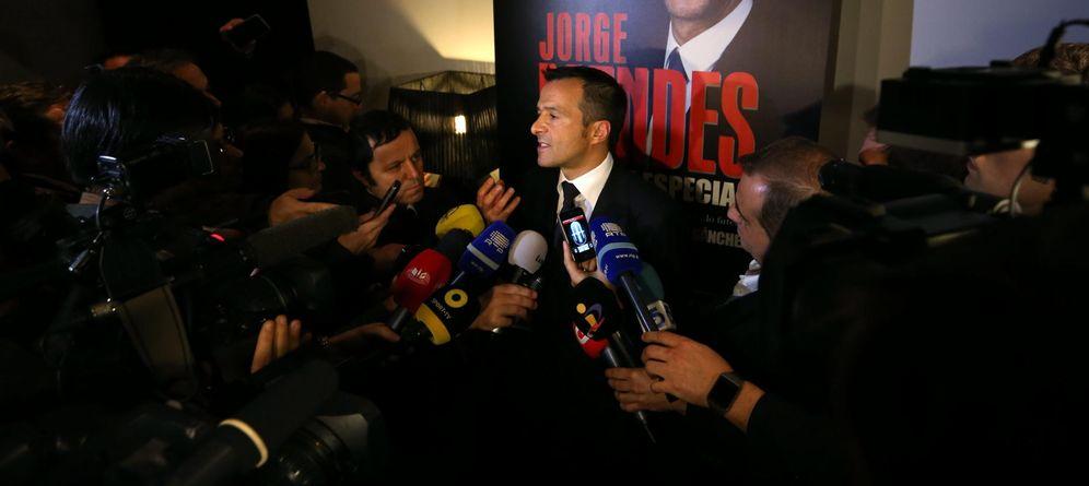 Foto: En la imagen, Jorge Mendes atiende a los medios de comunicación durante la presentación de su libro (EFE)