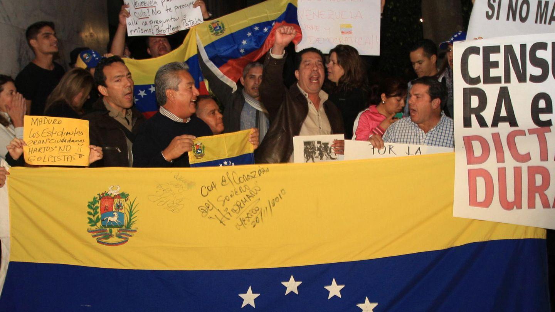 Venezolanos protestan delante de ima embajada (Efe)