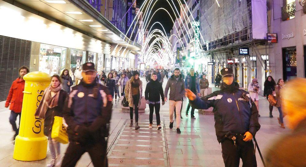 Foto: La Policía Municipal ha empezado a regular el sentido de la peatonalidad por la tarde del día 2 de diciembre. (EFE)