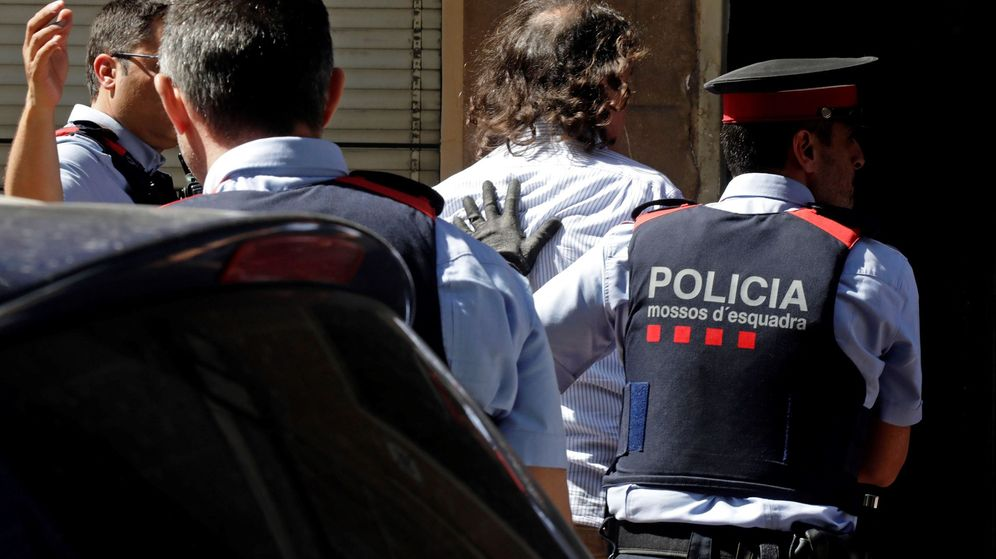 Foto: Los Mossos d'Esquadra trasladan al hombre que han detenido por su supuesta relación con la desaparición de su expareja en Terrassa (Efe)