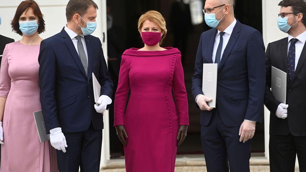 Foto: Zuzana Čaputová posa con los nuevos miembros del Gobierno eslovaco. (Reuters)