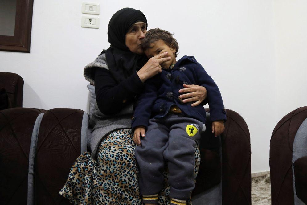 Foto: La marroquí Latifa, de 63 años, abrazada a uno de sus cinco nietos, durante la entrevista en el campamento de Roj. (EFE)