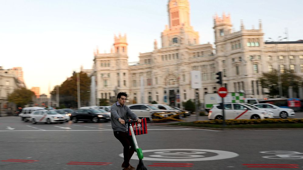 Foto: Un hombre hace un caballito con un Lime-S en la Cibeles (Susana Vera / Reuters)