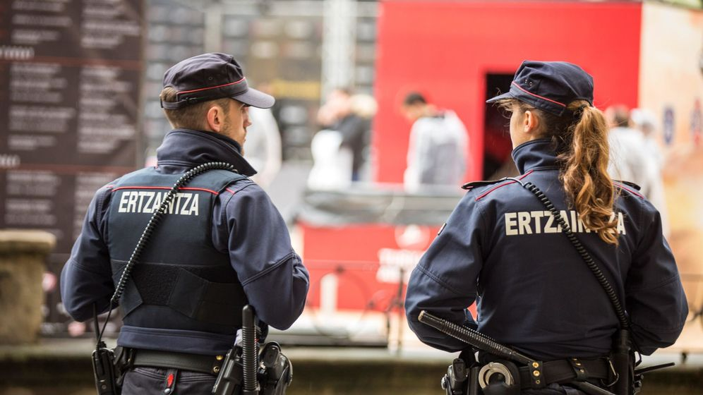 Foto: Dos efectivos de la Ertzaintza. (EFE)