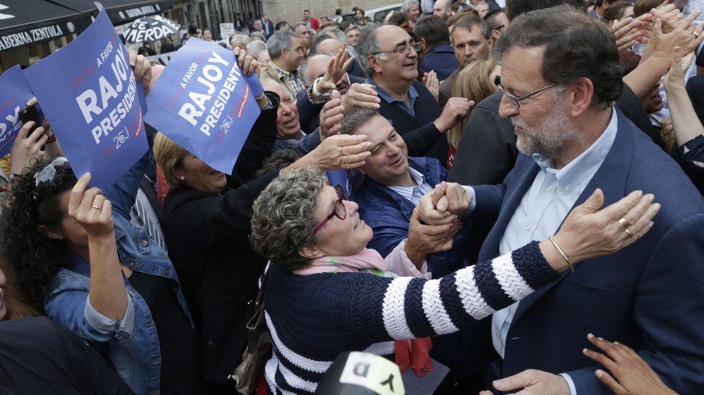 Foto: Rajoy mete en el mismo saco a Rivera, Sánchez e Iglesias para pedir el voto útil (Efe).