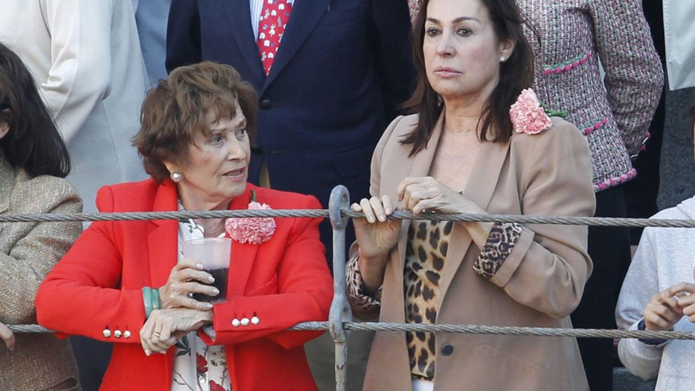 Carmen Martínez Bordiú comparte tarde de toros con su madre en San Isidro 2015
