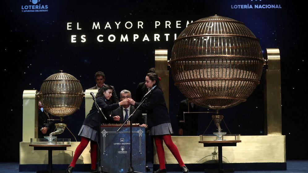 Foto: Nazaret Blanco y Yanisse Alexandra Soto canta un quinto premio de la Lotería de Navidad. (EFE)