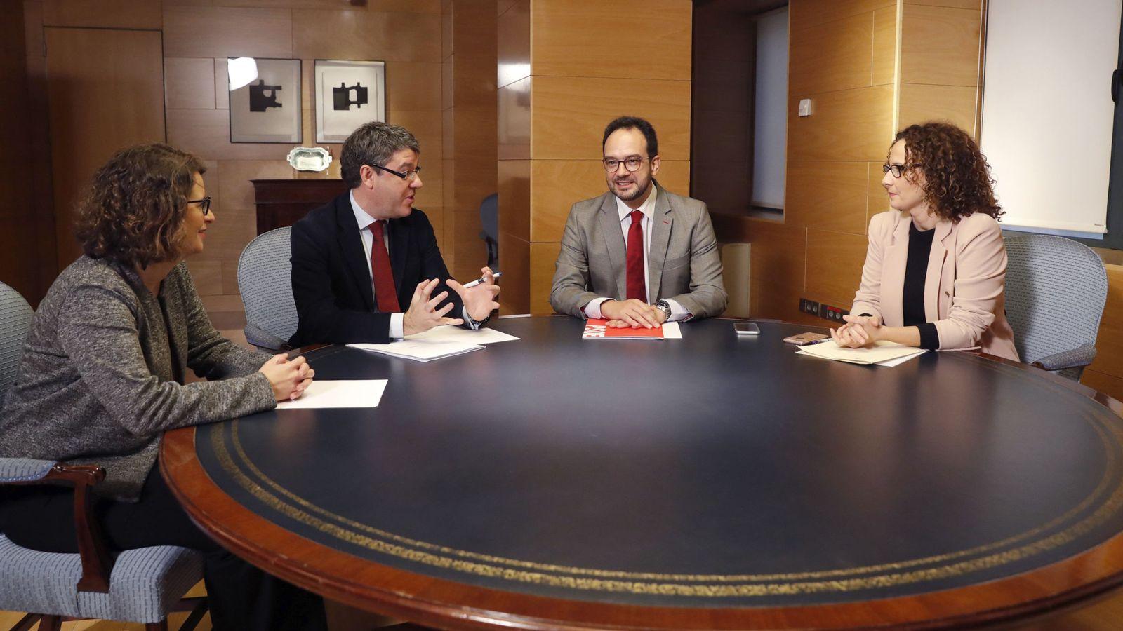 Foto: El ministro Álvaro Nadal junto a Antonio Hernando y la portavoz socialista de Energía, Pilar Lucio, este 21 de diciembre en el Congreso. (EFE)