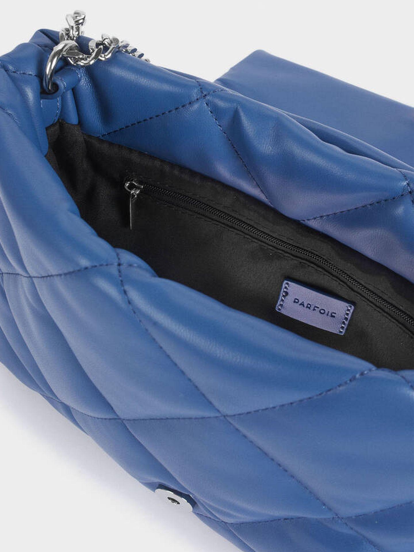 Bolso azul de Parfois. (Cortesía)