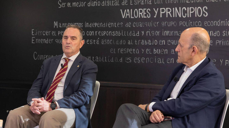Francisco José Gan Pampols, teniente general del Ejército de Tierra, y José Antonio Zarzalejos, periodista y responsable de Relaciones Institucionales de El Confidencial.
