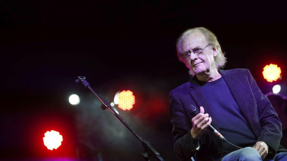 Foto: Luis Eduardo Aute, en una foto de archivo durante un concierto (EFE)