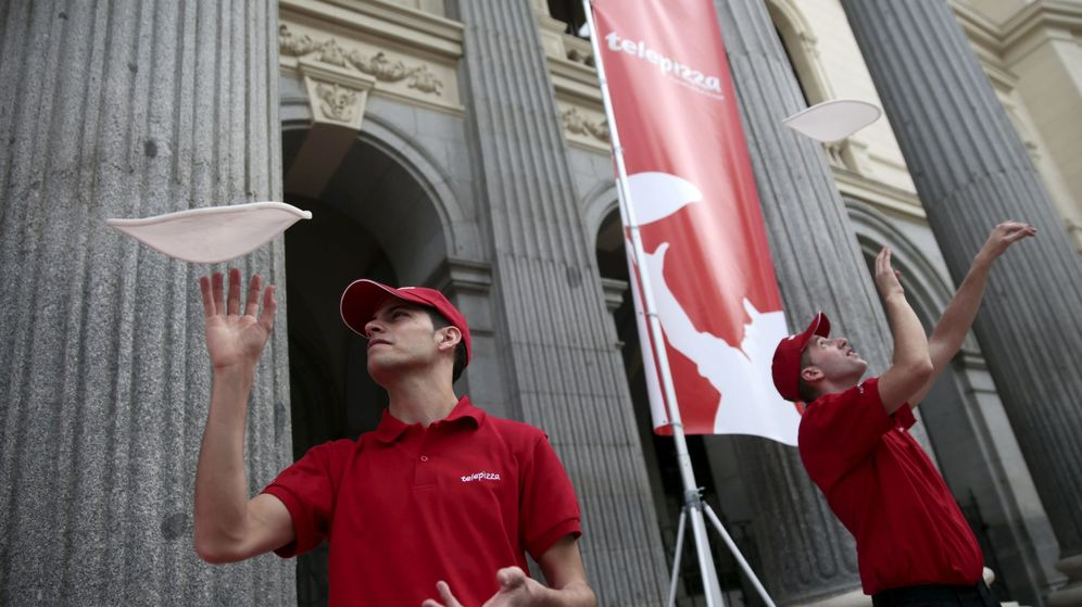 Foto: Dos trabajadores de Telepizza en su salida a bolsa. (Reuteres)