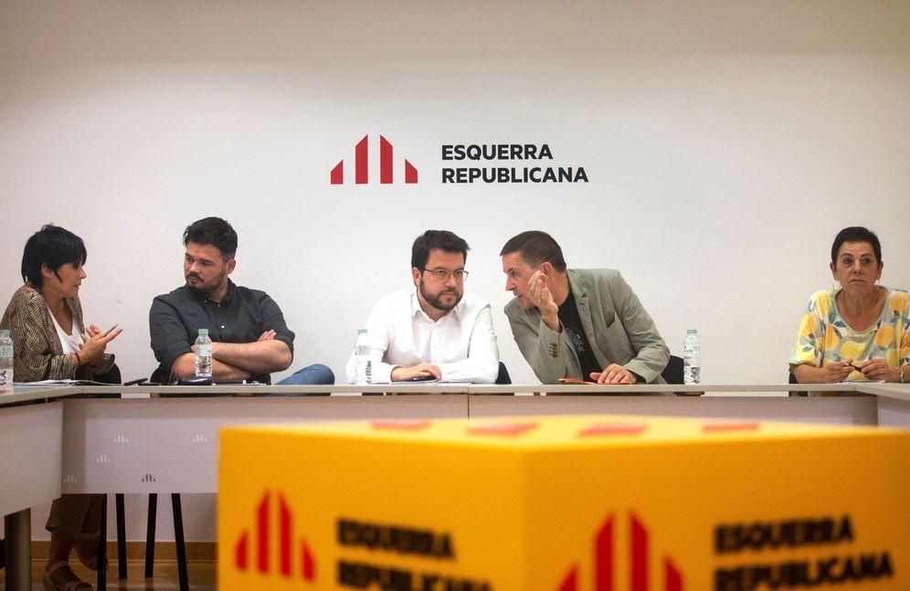 Foto: Las delegaciones de ERC y Bildu, encabezadas por Pere Aragonès y Arnaldo Otegi, este 28 de junio en Barcelona. (EFE)