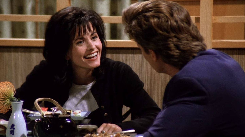 Monica en su cita con Paul, el representante de vinos, en un fotograma de la serie 'Friends'.