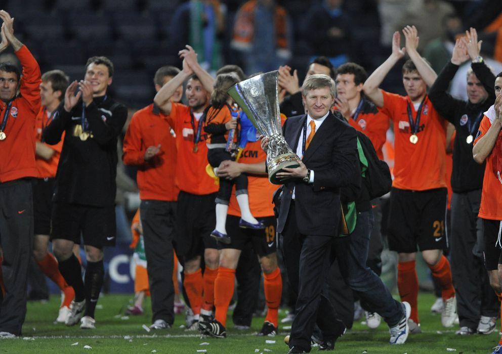 Foto: Rinat Ajmétov, presidente del Shakthar Donétsk, celebra con el trofeo la victoria de su equipo ante el Werder Bremen en la final de la UEFA. (Reuters)