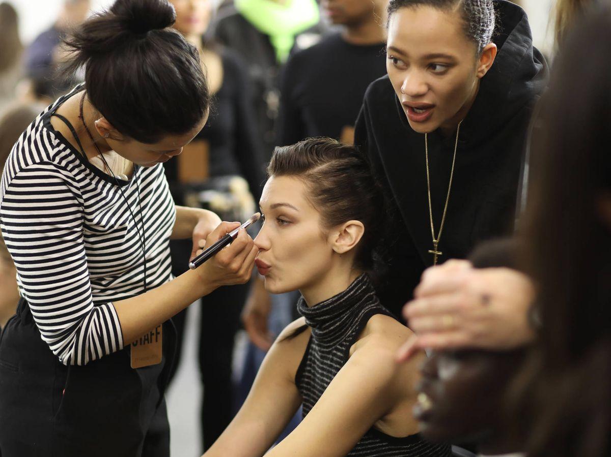 Foto: Retoques en el maquillaje de Bella Hadid en el backstage. (Getty)