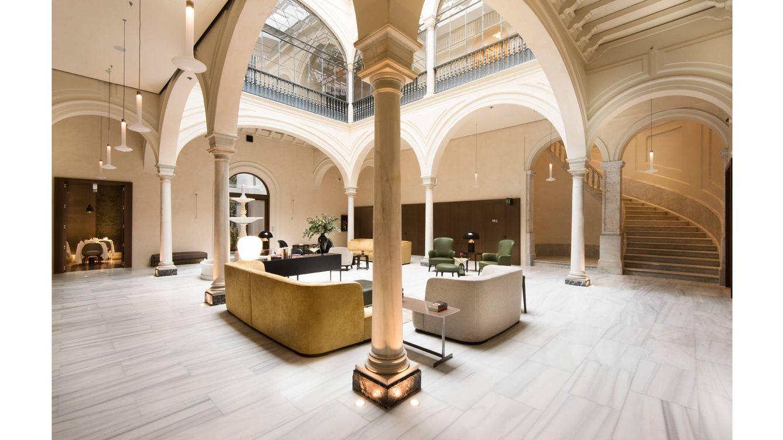 Foto: En el salón conviven elementos de estilo clásico y líneas sobrias con lámparas de aire industrial.