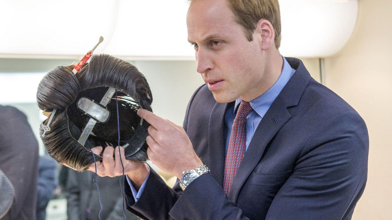 Una peluca de samurai junto al príncipe Guillermo de Inglaterra.