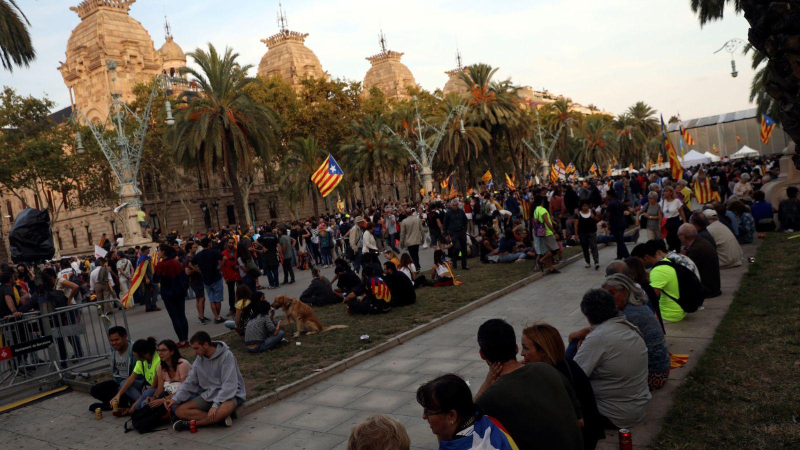 Foto: Manifestantes sentados frente al TSCJ. (Reuters)